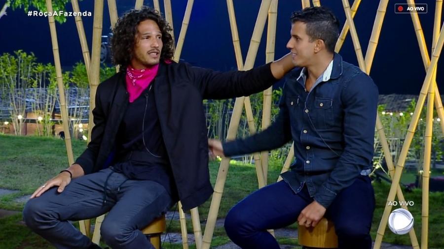 João Zoli conversa com Felipe Sertanejo durante formação de roça  - Reprodução/RecordTV