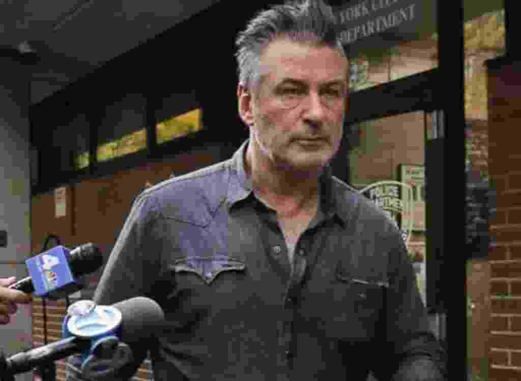 Alec Baldwin deixa delegacia em Nova York - Reprodução