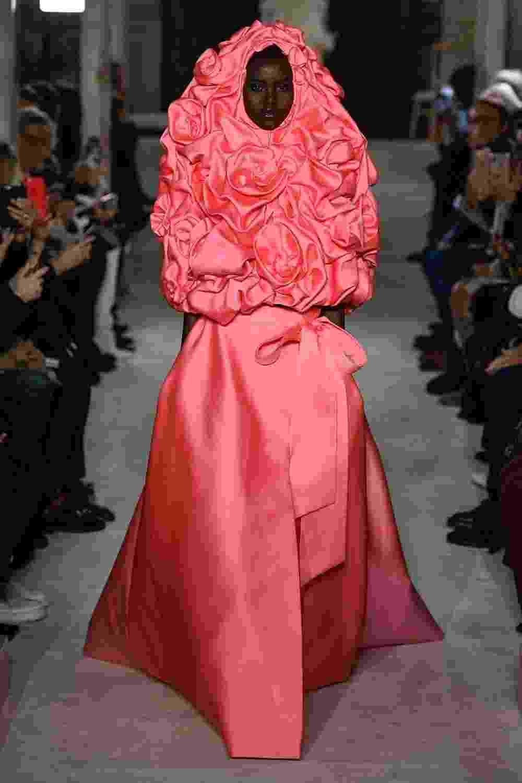Mamilo livre e floral: vestidos alta-costura da coleção 2019 da Valentino - Getty Images