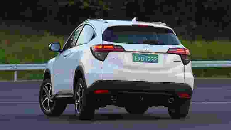 HR-V Touring traz escapamento com ponteira dupla como o Civic; atrás, tem eixo de torção - Murilo Góes/UOL