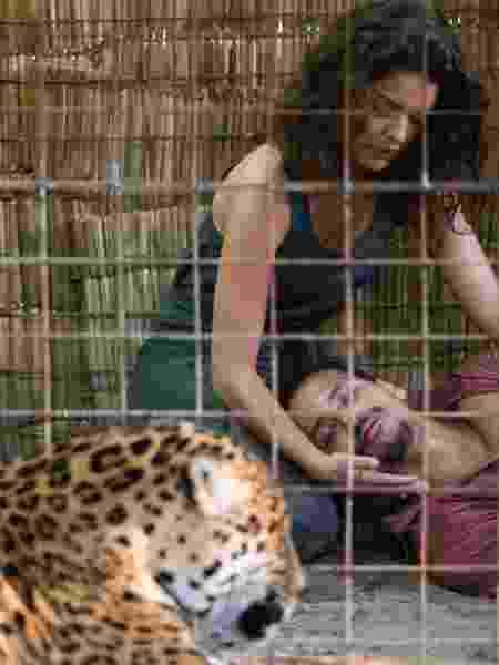 Paloma Bernardi e Pedro Caetano ficam cara a cara com onça em cena da série O Escolhido - Emiliano Capozoli/Netflix - Emiliano Capozoli/Netflix