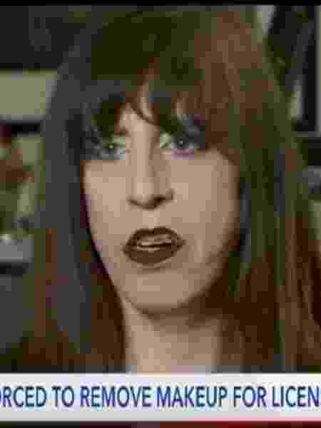 Jaydee Dolinar, uma mulher transgênero, diz que foi forçada a tirar sua maquiagem com álcool em gel para a foto da carteira de habilitação - Reprodução/Fox