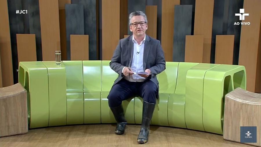 Aldo Quiroga apresenta o Jornal da Cultura 1ª Edição usando galochas - Reprodução/TV Cultura
