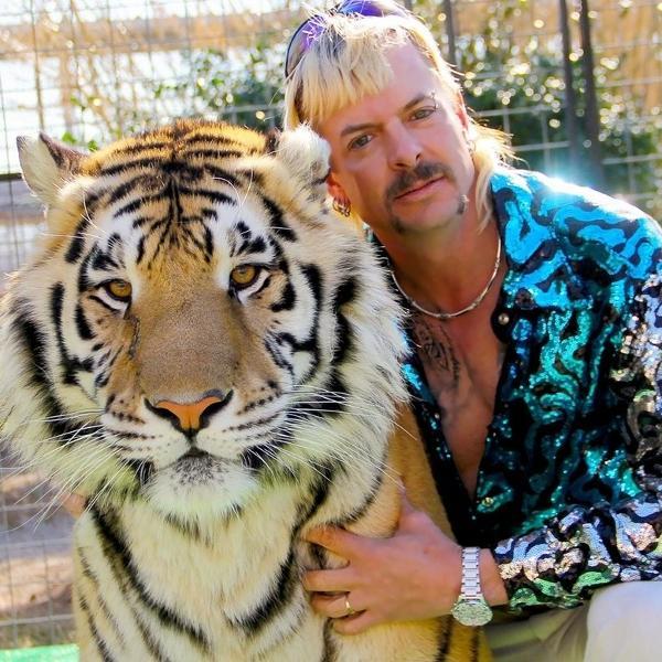"""Joe Exotic, protagonista da série documental """"A Máfia dos Tigres"""", partiu do estilo para criar identidade extravagante"""