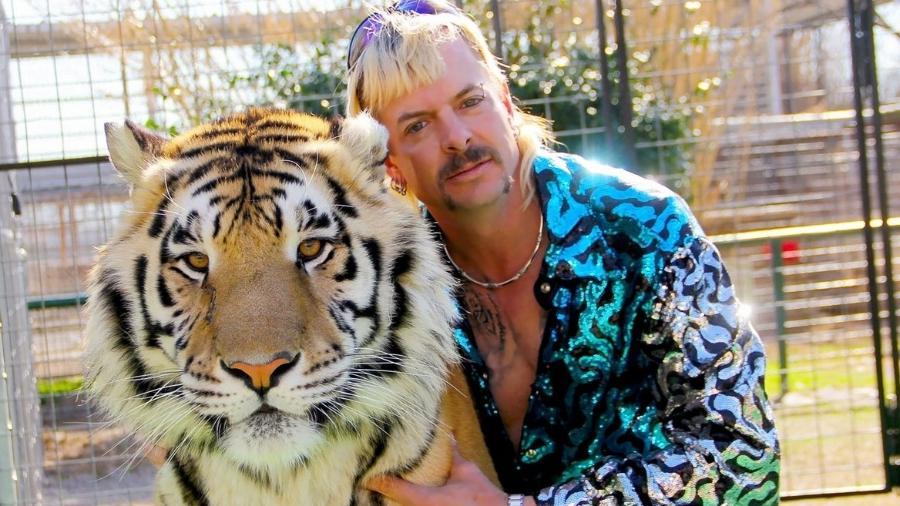 """Joe Exotic, protagonista da série documental """"A Máfia dos Tigres"""", partiu do estilo para criar identidade extravagante - Reprodução/Netflix"""