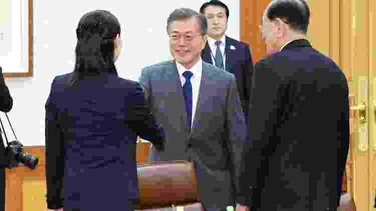 10.fev.2018 - Presidente da Coreia do Sul, Moon Jae-in, cumprimenta Kim Yo-jong, irmã do líder norte-coreano Kim Jong-un, em encontro neste sábado - AFP Photo - AFP Photo