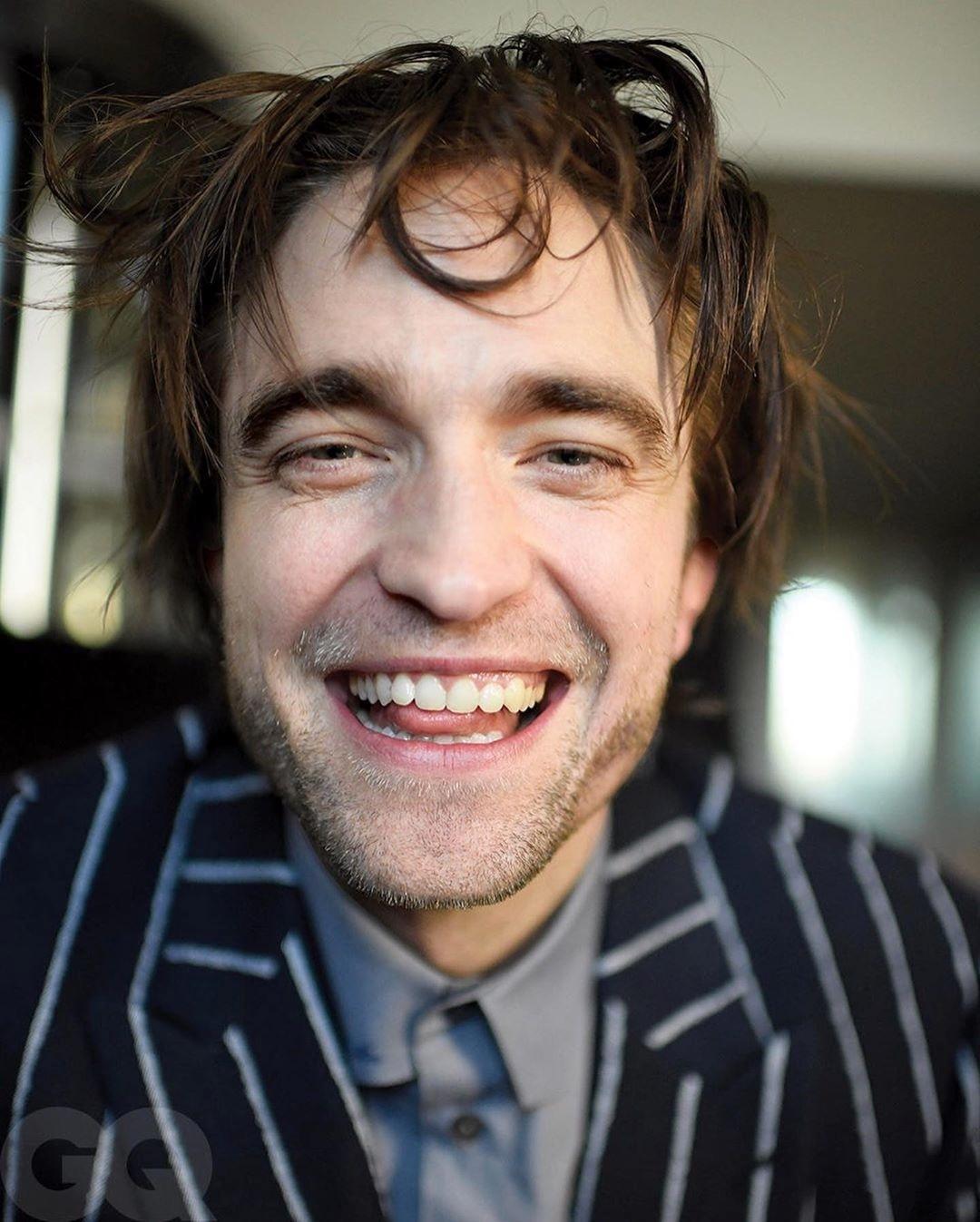 Robert Pattinson se autofotografa em isolamento e fãs se identificam