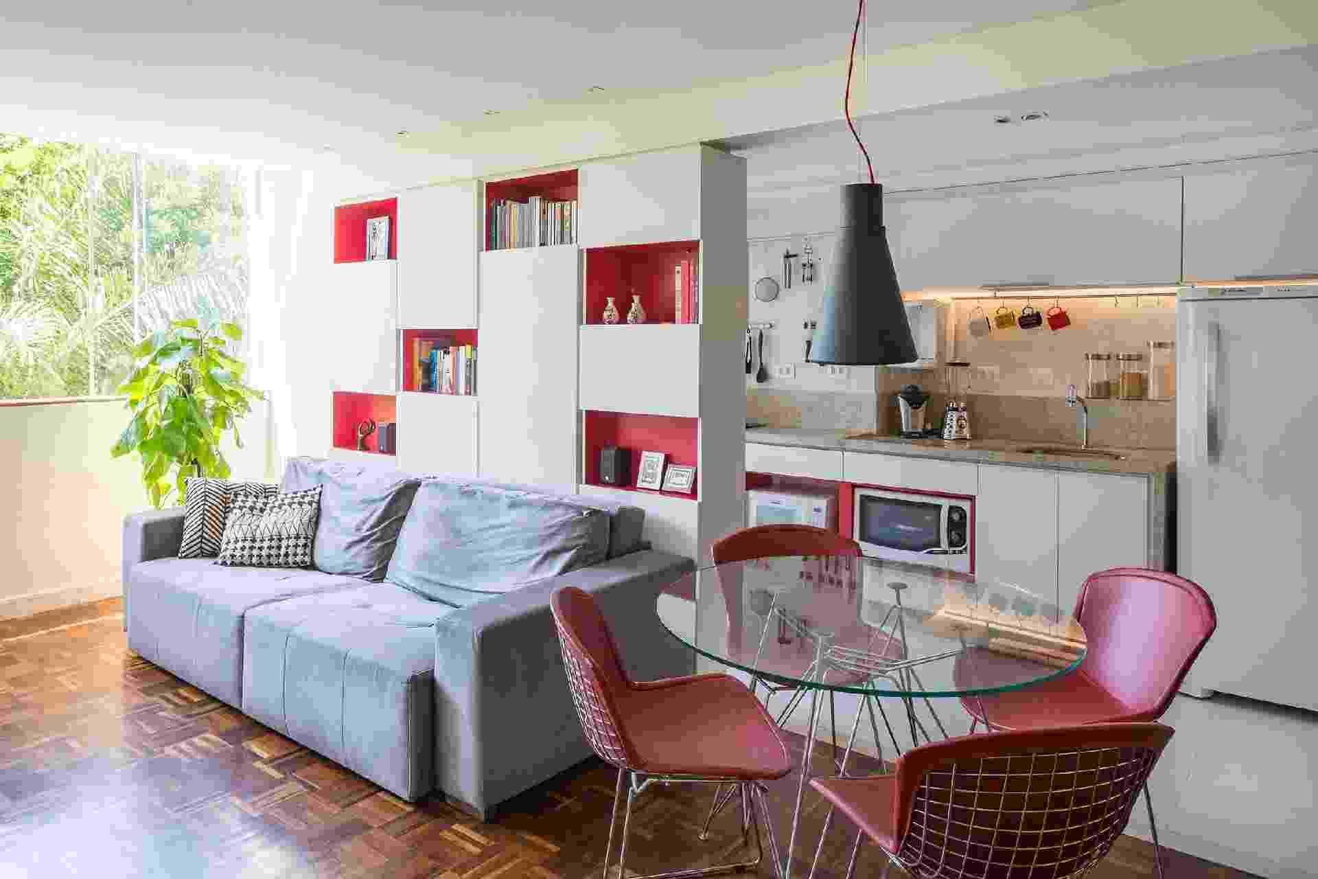 O apartamento de 45m² foi completamente reformulado para ampliar a relação entre os espaços sociais da casa e a cozinha, estimulando assim o ato cotidiano de cozinhar, uma paixão do casal de moradores. O resultado é um espaço amplo e arejado, sem barreiras entre os ambientes. - Haruo Mikami