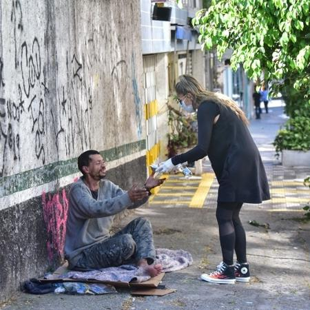 """A apresentadora distribuiu refeições, frutas e garrafas d""""água nos arredores de Santa Cecília - Leo Franco / AgNews"""
