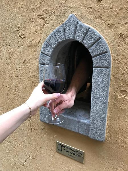 """Italianos revivem a """"janela de vinho"""" para incentivar distanciamento social - Reprodução/Instagram"""