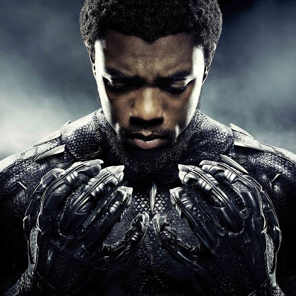 "Chadwick Boseman em poster de ""Pantera Negra"""