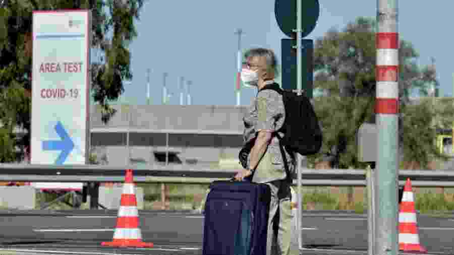 Turista aguardando peo teste no aeroporto de Roma, na Itália - Getty Images