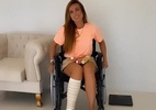 Nicole Bahls recebe ajuda de amigo para tomar banho de cadeira de rodas - Reprodução