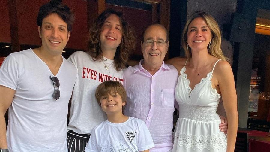 Luciana Gimenez ao lado do pai, João Alberto Morad, o irmão, Marco Antônio Gimenez, e os filhos, Lucas e Lorenzo - Reprodução/Instagram