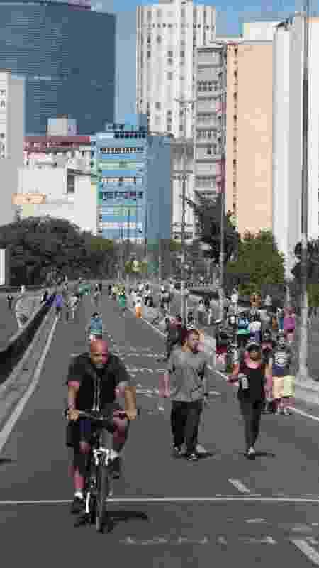 Ciclistas e pedestres aproveitam o domingo ensolarado no Minhocão -  Luiz Claudio Barbosa/Folhapress -  Luiz Claudio Barbosa/Folhapress