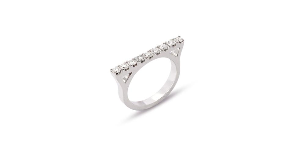 Anel em ouro branco com diamantes, da Andrea Conti.