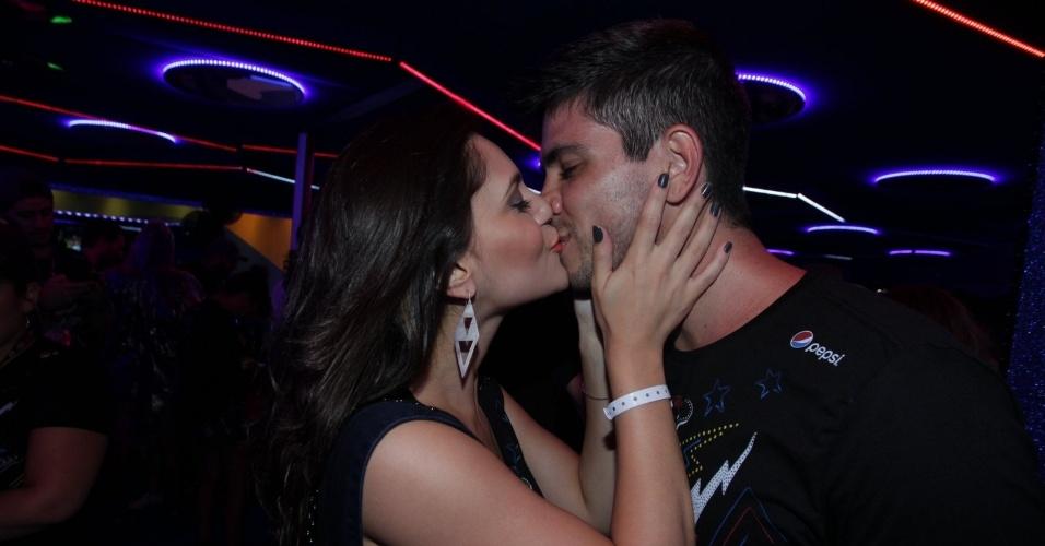 27.set.2015 - Jéssika Alves troca beijos com o namorado em camarote do Rock in Rio