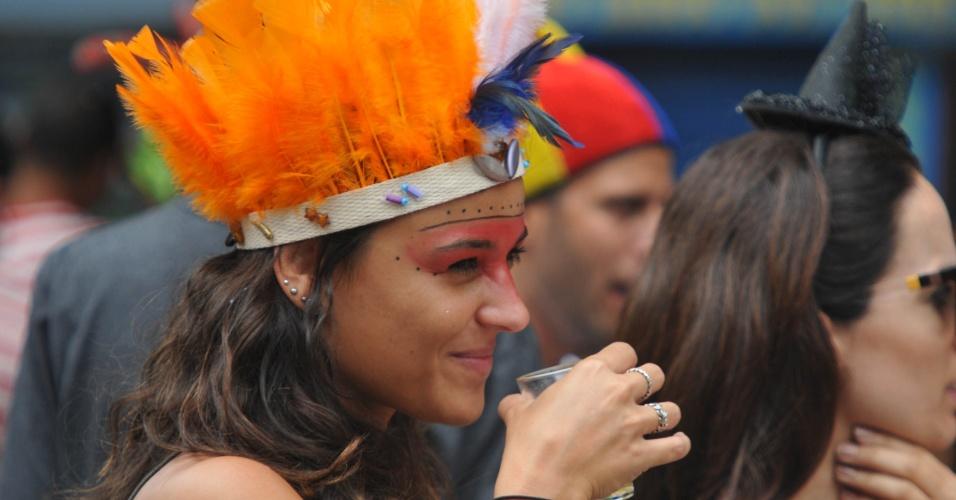 17.jan.2016 - Gata de maquiagem curte o desfile do bloco Só Caminha, no Largo dos Leões, no Rio de Janeiro.
