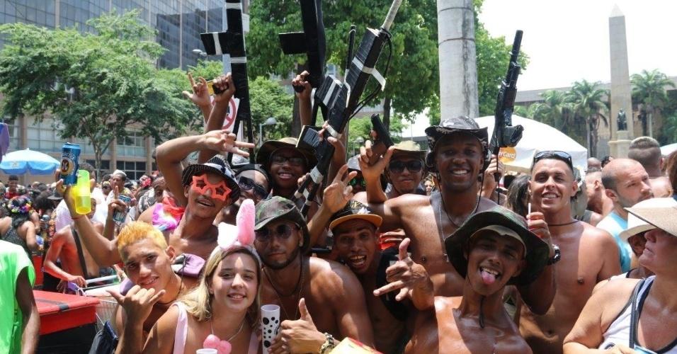 06.fev.2016 - Foliões curtem o desfile do bloco Cordão da Bola Preta, na região central do Rio de Janeiro.