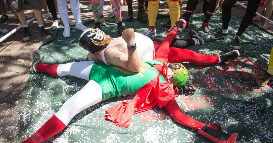 7.fev.2016 - Foliões fantasiados de lutadores de lucha libre comparecem ao bloco Enquanto Isso na Sala de Justiça, em Olinda (PE)