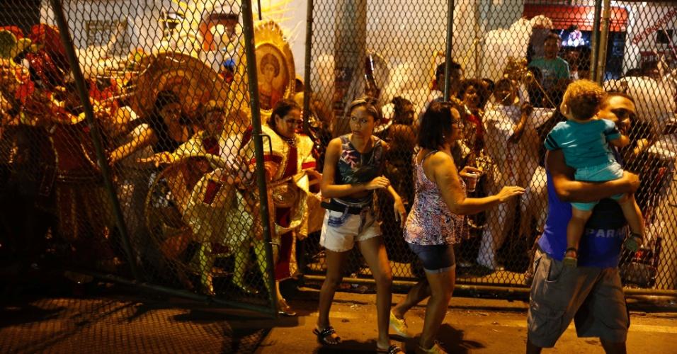 07.fev.2016 - De cara fechada, foliões circulam na dispersão da Sapucaí na noite de domingo (7)