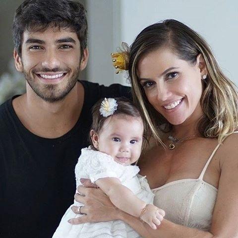 """04.abr.2016- Deborah Secco e o marido, Hugo Moura, celebram os quatro meses de Maria Flor: """"Felicidade!!! Isso define essa foto"""", escreveu a atriz que escolheu o tema Princesa para celebrar a data"""
