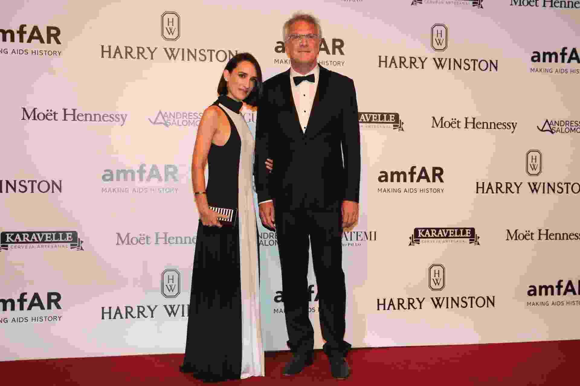15.abr.2016 - Pedro Bial chega acompanhado da mulher, a jornalista Maria Prata, ao sexto baile de gala da amfAR, em São Paulo - Manuela Scarpa/Brazil News