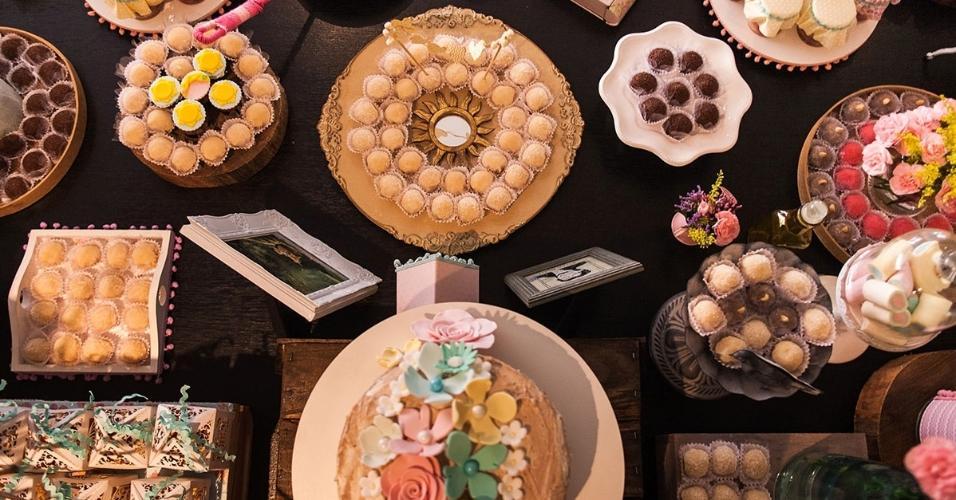 Vista do alto da mesa de guloseimas do aniversário de cinco anos com tema Rapunzel. Os doces são da Zuly (www.zulydoces.com.br) e o bufê da Elisa Yoshimura Gastronomia (www.facebook.com/ElisaYoshimuraGastronomia)