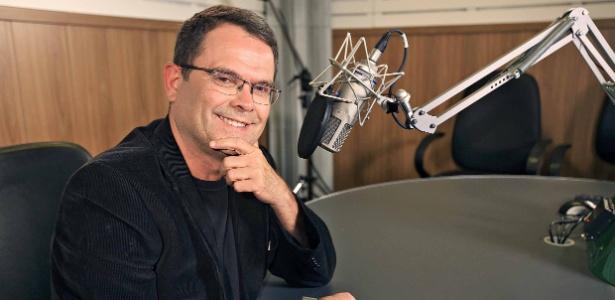 O jornalista Sidney Rezende no estúdio da rádio Nacional, da EBC - Magno Romero/EBC