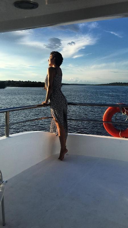 Isis Valverde faz pose em barco durante passio no Rio Negro, na Amazônia - Reprodução/Instagram/isisvalverde