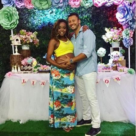 Roberta  posa ao lado do namorado Guilherme durante o chá de bebê da filha Linda Flor - Reprodução/Instagram/@espaçoencantando