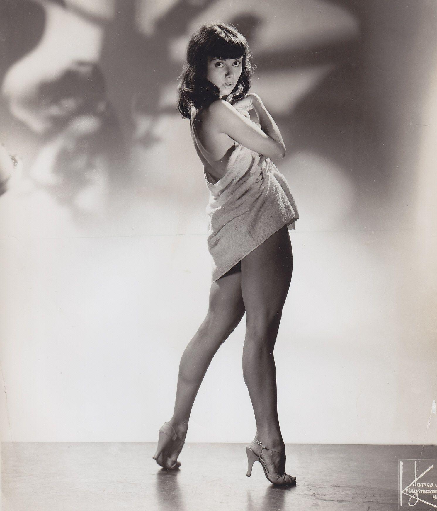 a-artista-burlesca-e-show-girl-julie-gibson-nos-anos-1950-1498509422874_v2_1491x1744.jpg