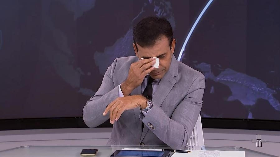 """O apresentador Willian Corrêa chora ao se despedir da bancada do """"Jornal da Cultura"""" - Reprodução/TV Cultura"""