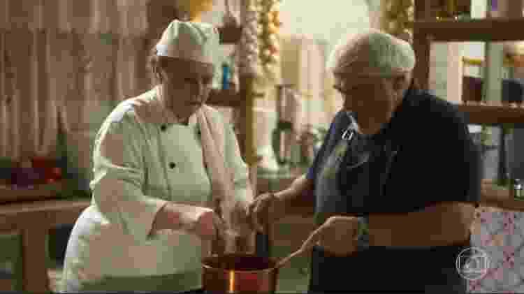 Agenor (Roberto Bonfim) sabota comida de Nice (Kelzy Ecard) no restaurante de Cacau (Fabíula Nascimento) - Reprodução/Globo - Reprodução/Globo