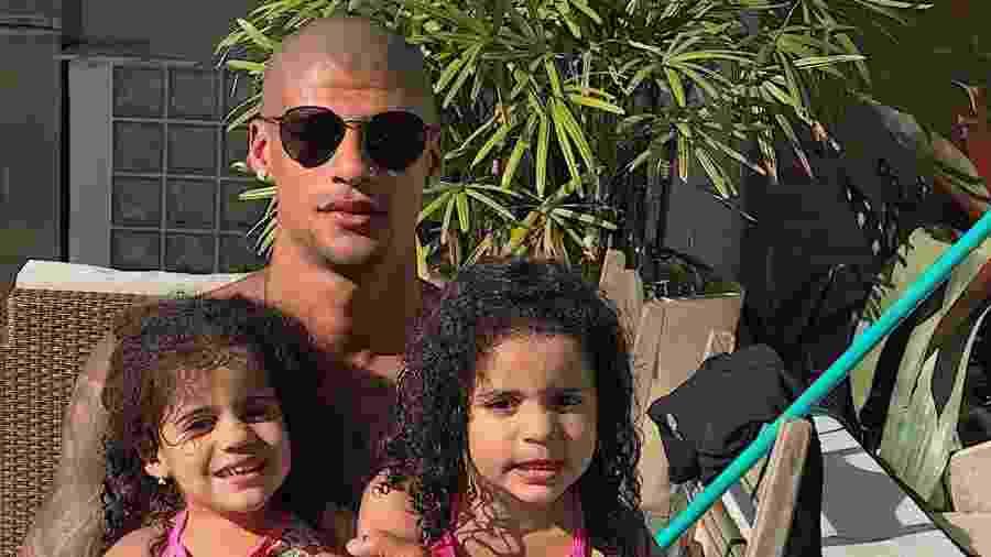 Patrick descobriu há duas semanas que é pai de gêmeas. Ele e a namorada Valesca Popozuda estão felizes com a novidade  - Reprodução/Instagram/@patrickpdc