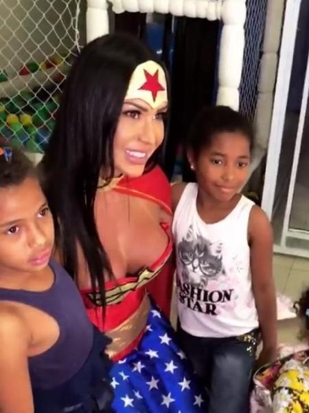 Gracyanne Barbosa com crianças - Reprodução/Instagram/grabarbosaoficial