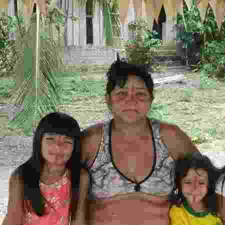 Tônkyre Akrãtikatêjê (Kátia da Costa Valdenilson), a primeira cacique da comunidade, e três de seus 17 netos - João Gabriel Machado