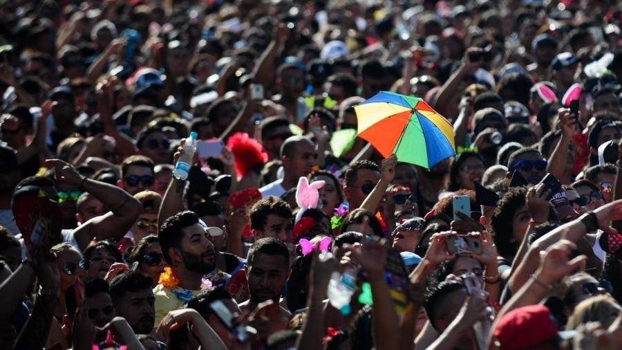 Público no Anhembi, em São Paulo, segue o Bloco da Jenifer, comandado pelo cantor Gabriel Diniz - Junior Lago/UOL