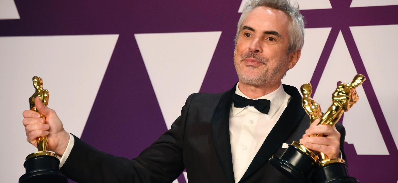 """Cuarón exibe os três Oscars que ganhou por """"Roma"""" - Frazer Harrison/Getty Images"""