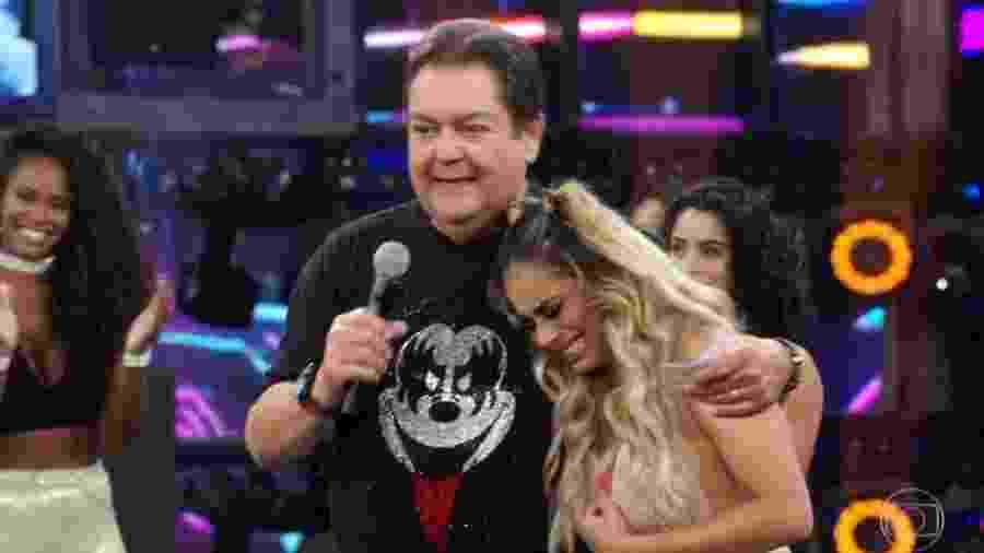 """Faustão abraça Lexa, que chora ao cantar no palco do """"Domingão"""" - Reprodução / TV Globo"""