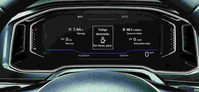 Controle de estabilidade, detector de fadiga (na imagem, sistema de Polo e Virtus) e outros auxílios ao condutor já estão em compactos, mas de forma tímida - Divulgação