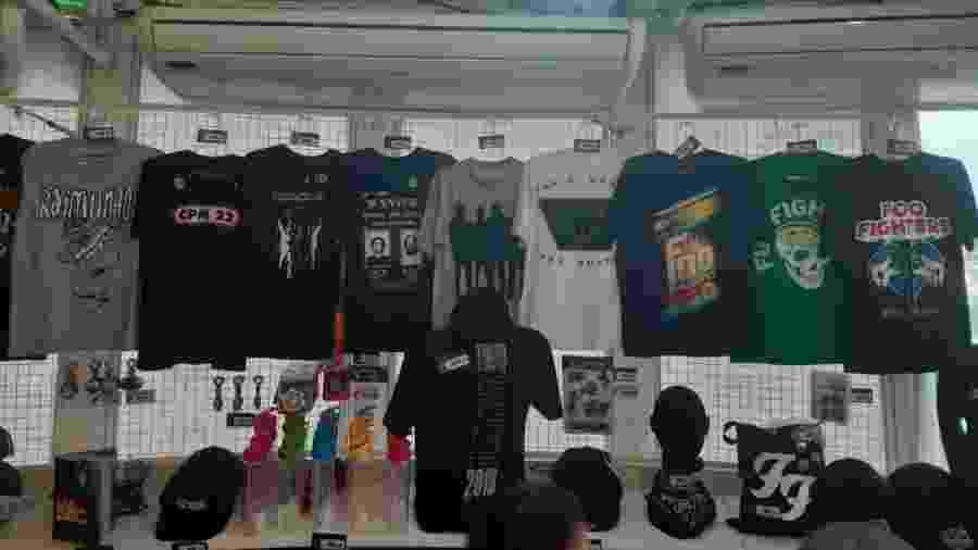 Camisetas das bandas que se apresentam no Rock in Rio podem ser encontradas nos estandes - Leonardo Rodrigues/UOL