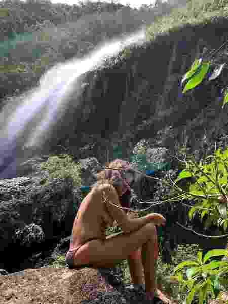 Bruna Linzmeyer faz topless em cachoeira  - Reprodução/Instagram