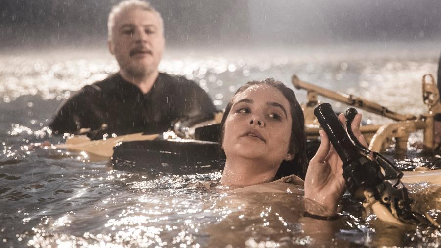 A personagem Luna (Juliana Paiva) sob a supervisão do diretor artístico Fred Mayrink, na cena do furacão em Salve-se Quem Puder - Divulgação/ Globo/ João Miguel Júnior