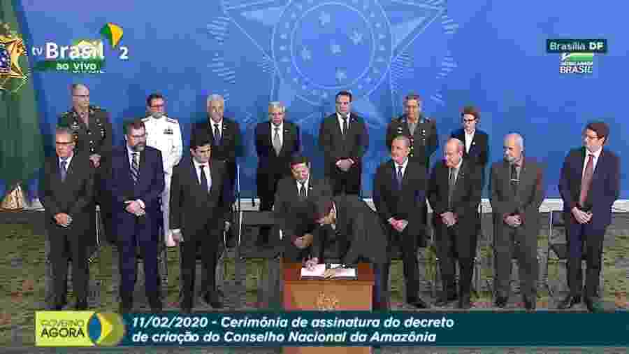 Bolsonaro assina decreto que cria Conselho Nacional da Amazônia Legal na presença de Mourão e ministros - Reprodução/TV Brasil