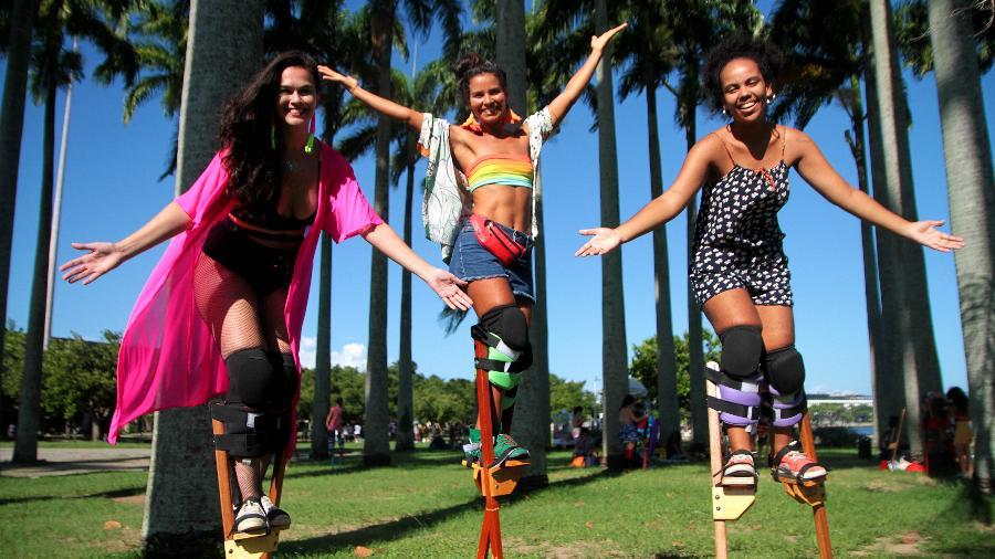 Da esq. para a dir., as pernaltas Rayssa Bastos, Raquel Potí e Julia Gomes nos jardins do MAM, no Rio - Fernanda Dias/UOL