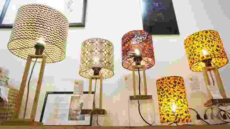 Luminárias estampadas com tecido wax print da Oya Moda Casa - Divulgação