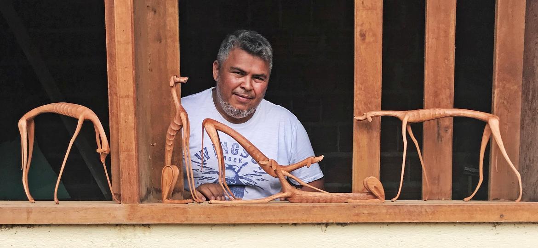 Marcos de Sertânia posa com suas cadelas esculpidas e madeira - Renan Quevedo/Novos Para Nós