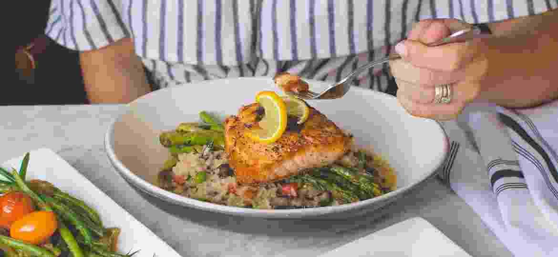 Peixe é um item frequente nos pratos brasileiros, mas cada tipo pede um preparo e tempero - Travis Yewell/Unsplash