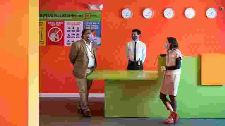 Rachel Gerstein, dona de hotel que está no projeto Roomkey, fala com o gerente Ashwaque Zubair e o recepcionista Luis Meza - Michael Owen Baker/Divulgação - Michael Owen Baker/Divulgação